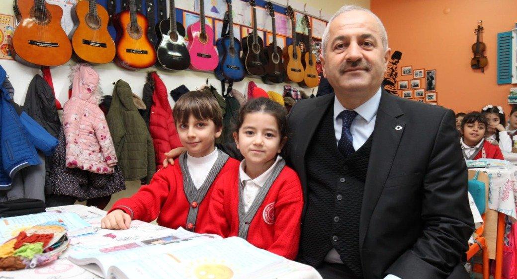 Kaymakam Güler ve Başkan Büyükgöz M. Alp Tiryakioğlu İlkokulu'nda